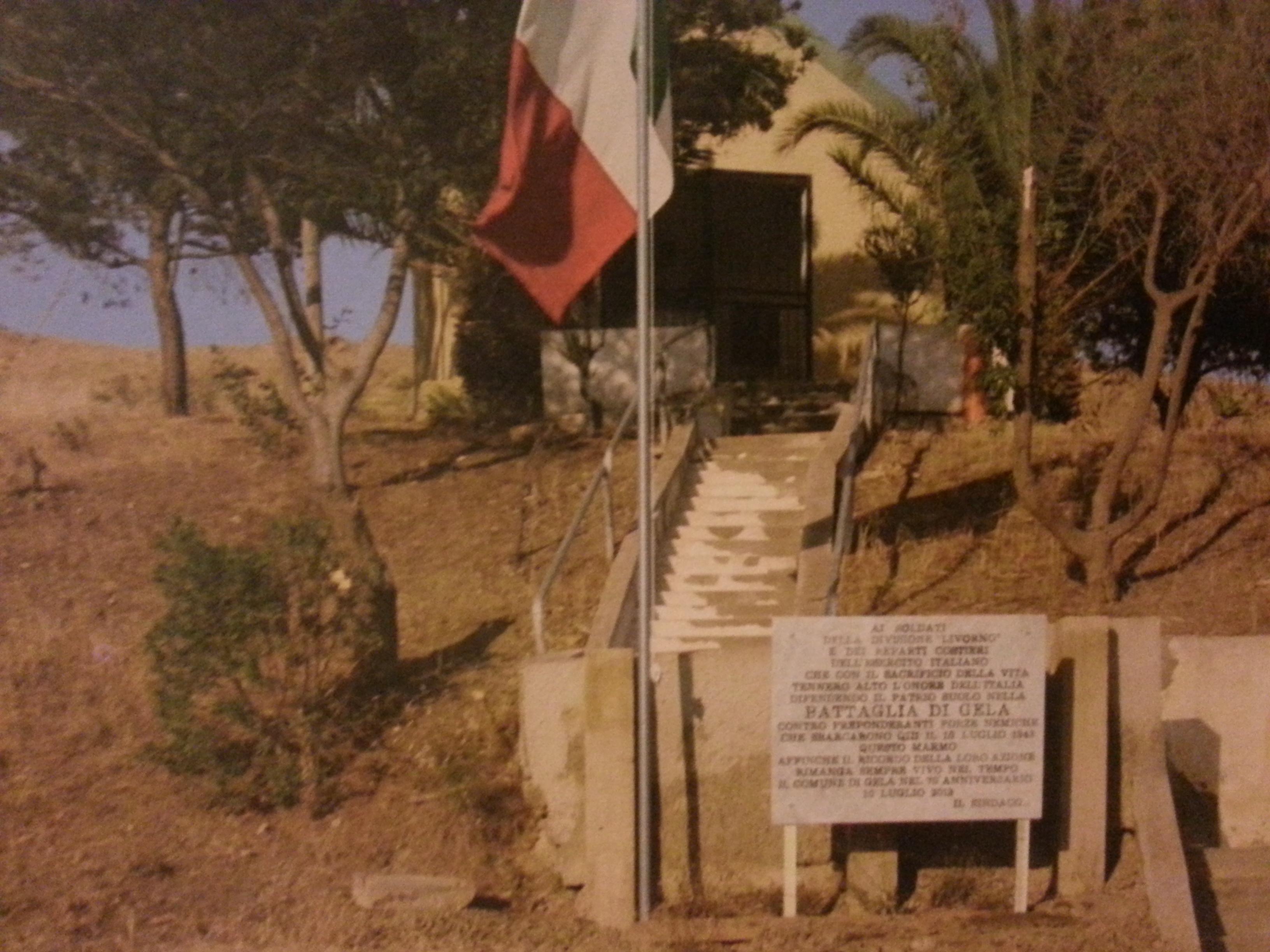 la lapide che commemora la battaglia di Gela sulla strada provinciale n.8 per Butera