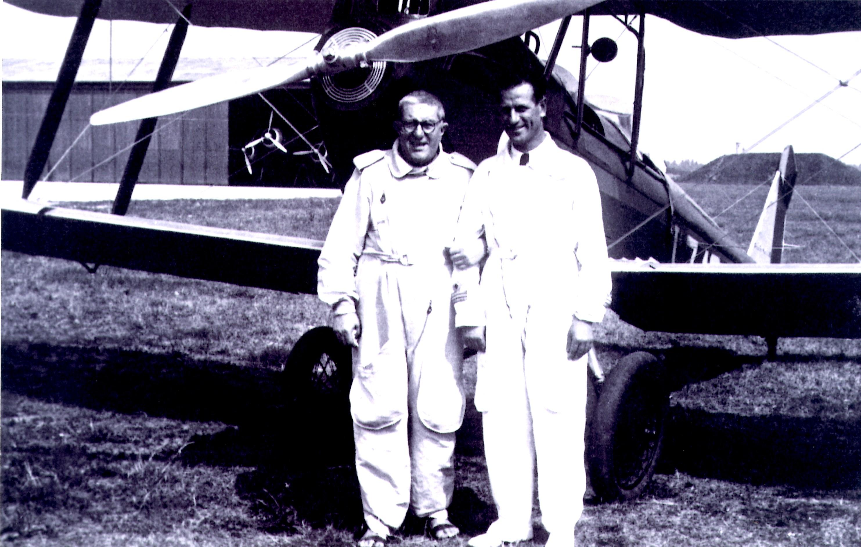 Padre Gemelli con la tuta da pilota insieme ad Arturo Ferrarin - Foto fornite dall'Archivio generale per la storia dell'Università Cattolica del Sacro Cuore - Sezione fotografica