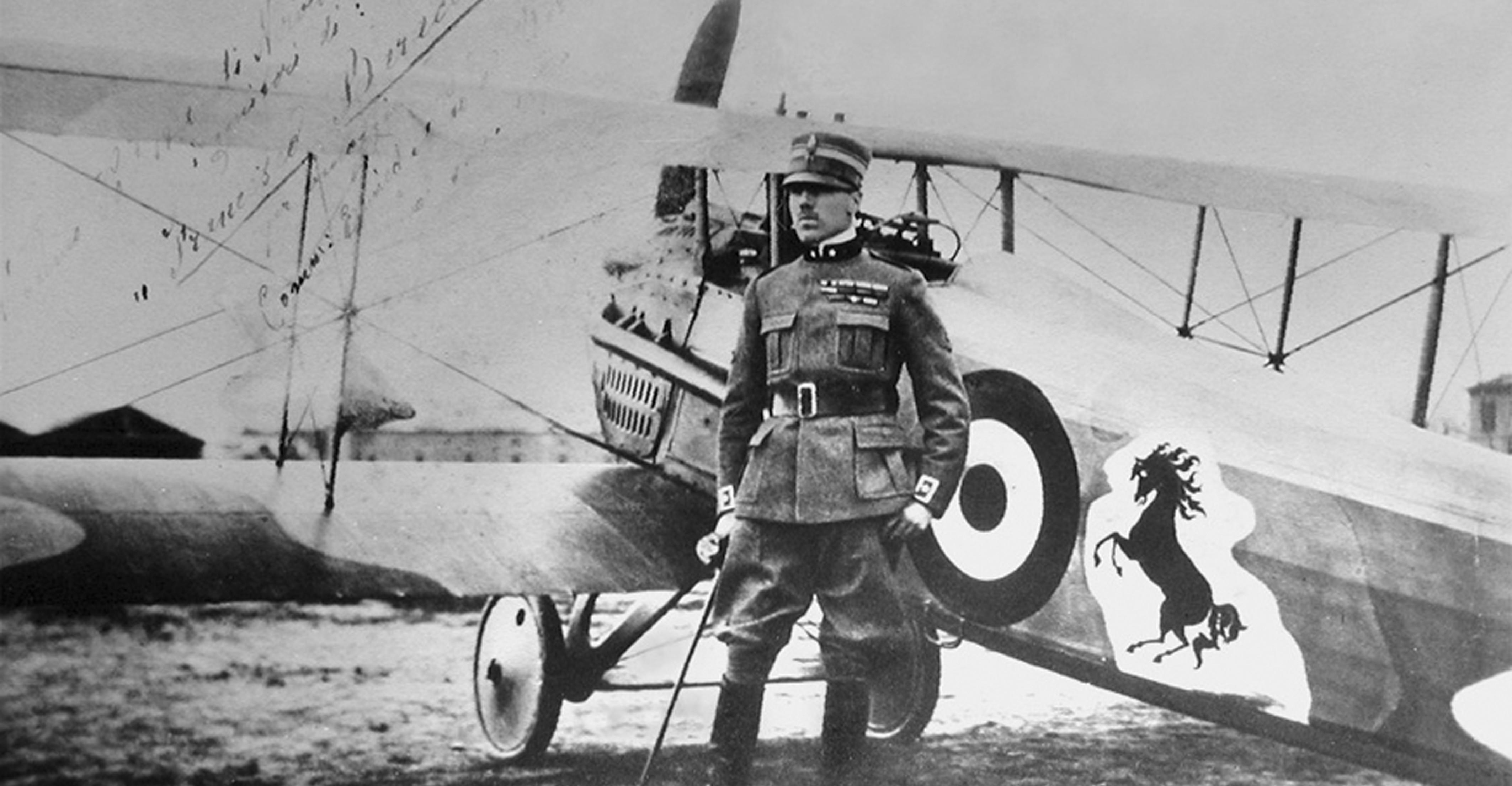 Francesco Baracca accanto al suo aereo con la mitica insegna del cavallino rampante - Foto Archivio Ufficio Storico dell'Aeronautica Militare